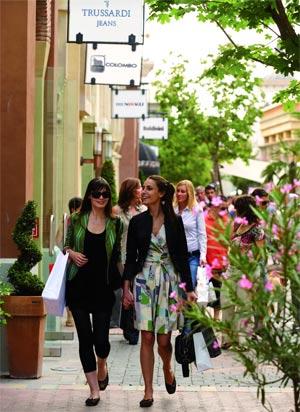 ...на шикарный итальянский шопинг, обязательно совершите поездку в...